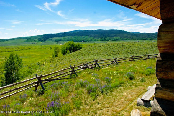 1-BR log cabin in Wyoming for sale